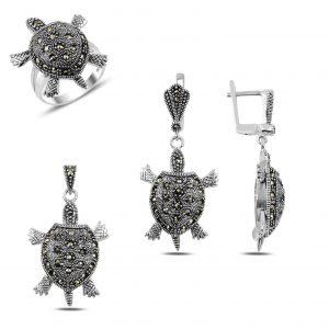 Markazit Taşlı Hareketli Deniz Kaplumbağası Gümüş Takı Seti, Zirkon Taşlı Setler Rodyum Kaplama 925 ayar gümüştür.